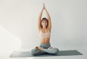 ¿Cómo hacer yoga beneficia mi salud?